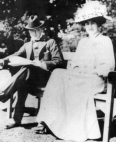 Файл:Winston Churchill (1874-1965) with fiancée Clementine Hozier (1885-1977) shortly before their marriage in 1908.jpg