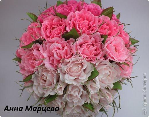 Розы из конфеты и гофробумаги
