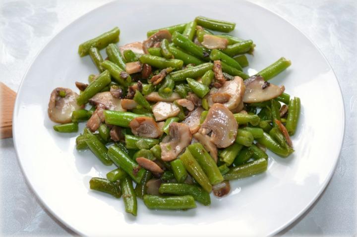 Салат со стручковой фасолью грибами курицей и