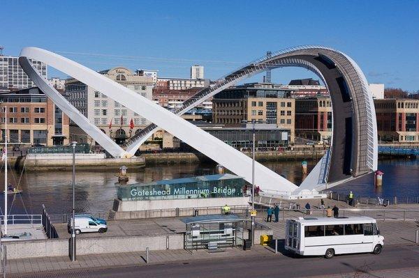 Мост Тысячелетия в Гейтсхеде: единственный в мире наклоняемый мост (13 фото)