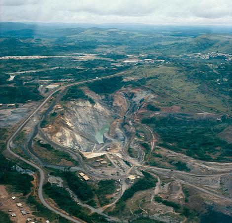 В открытом карьере для разработки залежей урана в Окло, в Габоне, обнаружено более дюжины зон, где когда-то происходили ядерные реакции.