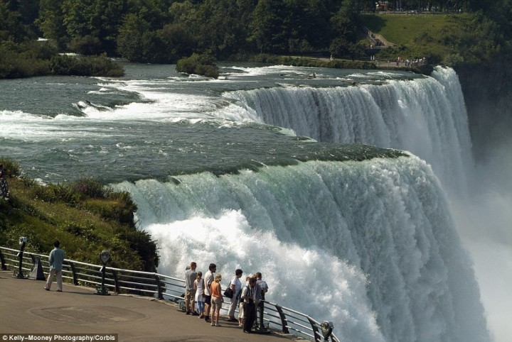 article 2536278 1A8221F600000578 136 964x645 Природный катаклизм недели: Впервые за 100 лет замерз Ниагарский водопад