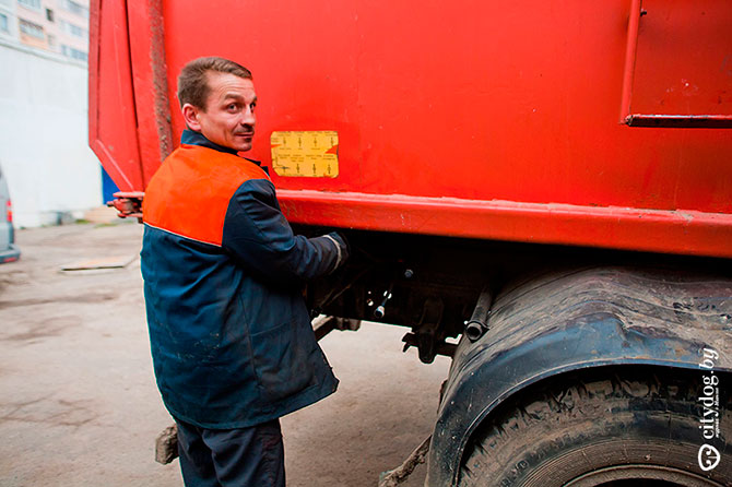 Один день с водителем мусоровоза