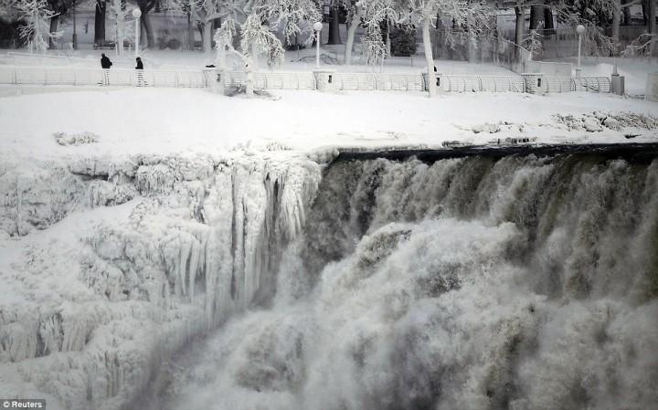 article 0 1A81C03C00000578 327 964x601 Природный катаклизм недели: Впервые за 100 лет замерз Ниагарский водопад