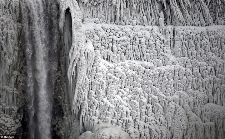 article 0 1A81C4FB00000578 191 964x599 Природный катаклизм недели: Впервые за 100 лет замерз Ниагарский водопад