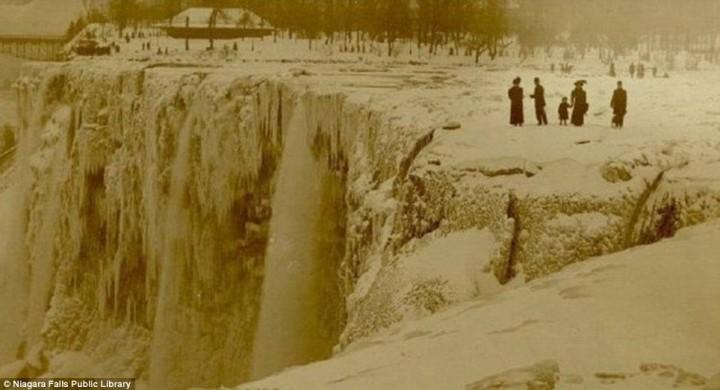 article 2536278 1A82232200000578 809 964x522 Природный катаклизм недели: Впервые за 100 лет замерз Ниагарский водопад