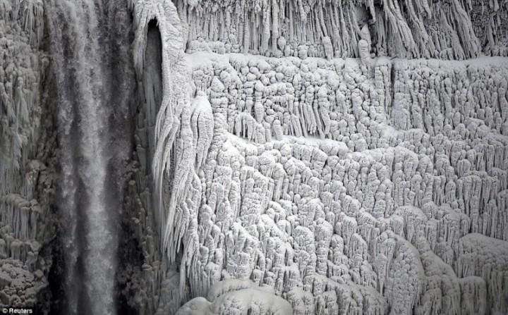 article 0 1A81C4FB00000578 191 964x599 800x497 Природный катаклизм недели: Впервые за 100 лет замерз Ниагарский водопад