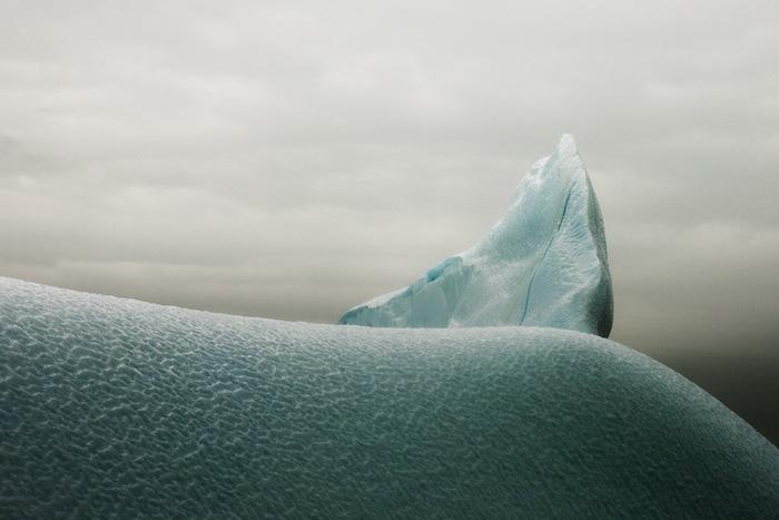 Харсент намеренно создаёт изображения «вне контекста», чтобы внимание зрителя не отвлекалось от главного: текстур моря, неба и льда