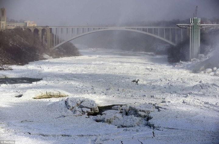article 0 1A812EC800000578 13 964x633 Природный катаклизм недели: Впервые за 100 лет замерз Ниагарский водопад