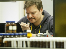 Андреас Келлер в лаборатории в окружении флаконов с запахами  ((фото Zach Veilleux/Rockefeller University).)