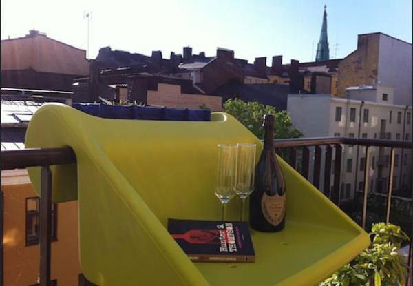 Подвесной столик на балконе.