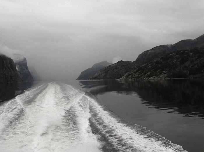 Вид на Люсе-фьорд с экскурсионного корабля. Фото